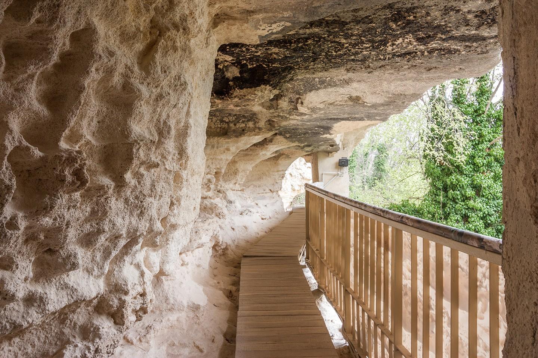 Църкви и скални манастири